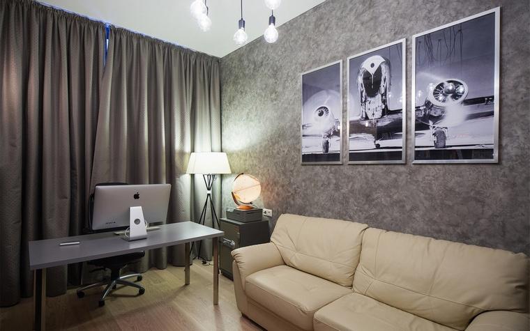 <p>Автор проекта: Мария Марченко</p> <p>Рабочий кабинет выглядит как уютная гостиная. Интерьер выдержан в комфортной серо-бежевой гамме, с элегантной мебелью, драпировками и разнообразным светом, включающим торшер, настольную лампу и люстру. </p>