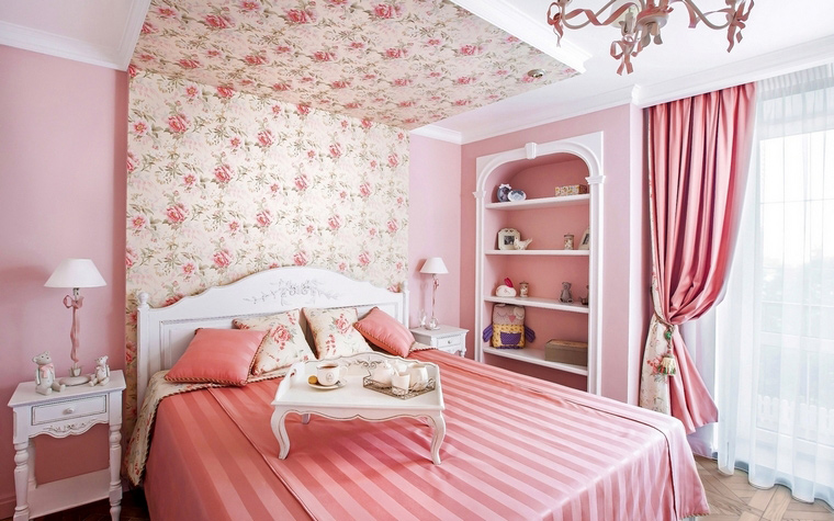 <p>Автор проекта: Ольга Савченко</p> <p>Нежные обои с цветочными узорами уютно оформили зону кровати и даже создали эффект полога.</p>