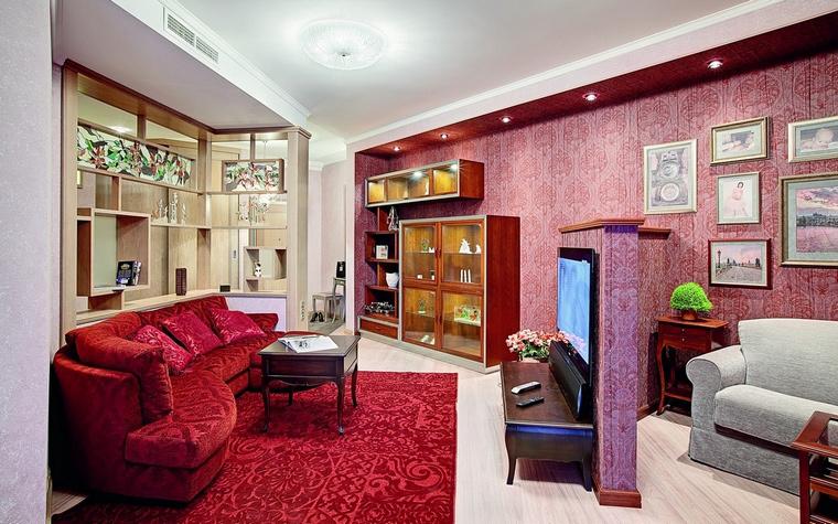 <p>Автор проекта:   АР-КА</p> <p>Орнаментальные обои в розово-лиловых тонах стали хорошим фоном для книжных стеллажей, диванной группы и коллекции цветной графики.&nbsp;</p>