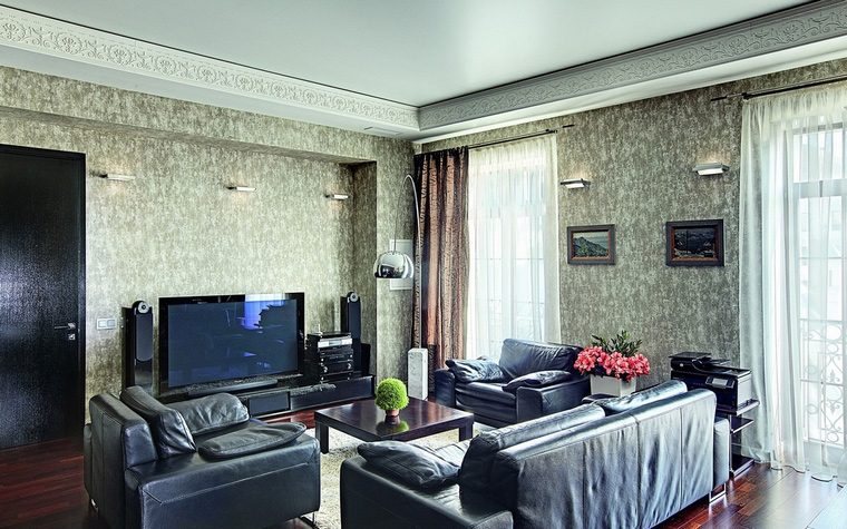 <p>Автор проекта:   АР-КА</p> <p>Серо-белые обои с рисунком под мрамор - важный элемент интерьера монохромной гостиной.</p>