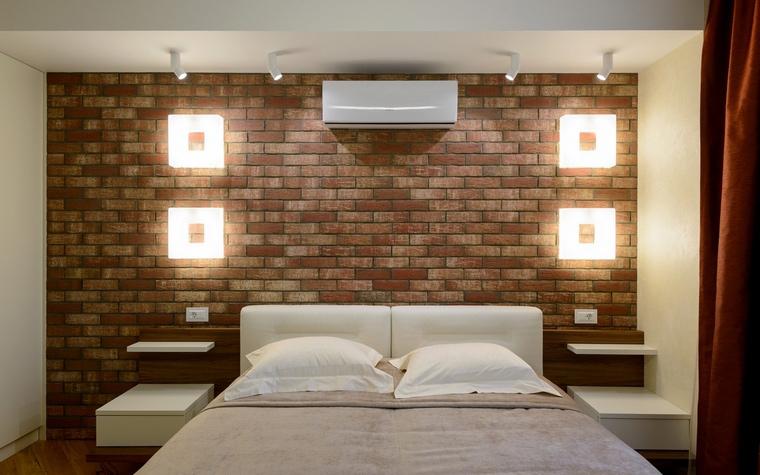 <p>Автор проекта: Ольга Симагина</p> <p>Две пары современных бра в виде световых квадратов оригинально оформили кирпичную стену в изголовье кровати.</p>