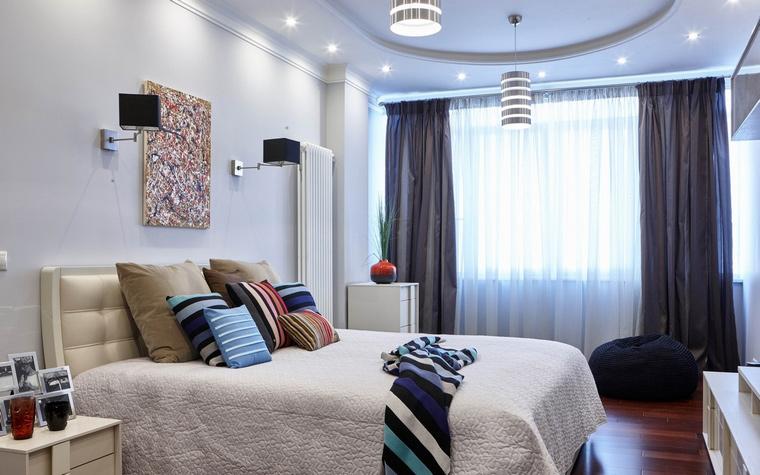 <p>Автор проекта: Екатерина Изумрудская</p> <p>Пара черных квадратных бра и пара круглых полосатых потолочных ламп создают динамичный контрапункт в интерьере спальни.</p>