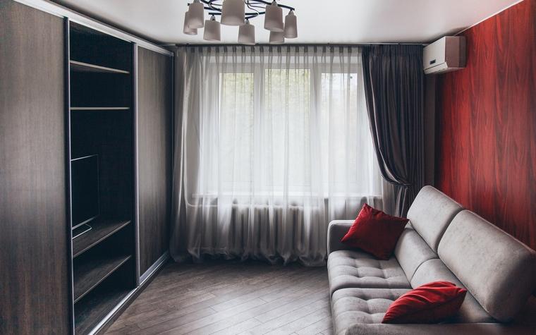<p>Автор проекта:   Бастет</p> <p>Пример маленькой классической гостиной, которая может служить также и спальней в городской квартире.</p>
