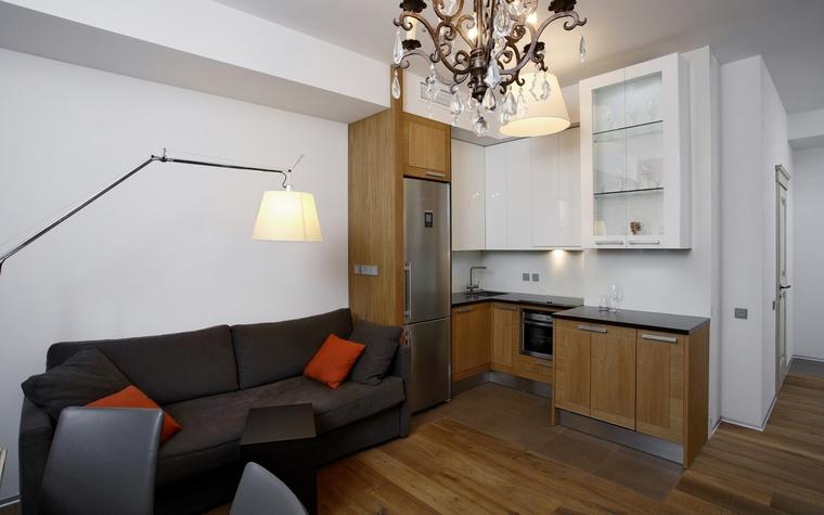 <p>Автор проекта: Ольга Егупова</p> <p>Место для отдыха в этом гостином опенспейсе акцентировано дизайнерскими лампами.</p>