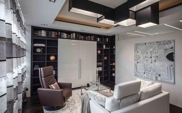 <p>Автор проекта: Елена Гордина</p> <p>Современный интерьер этой гостиной составлен в сложносочинённую композицию с замысловатым световым сценарием. </p>