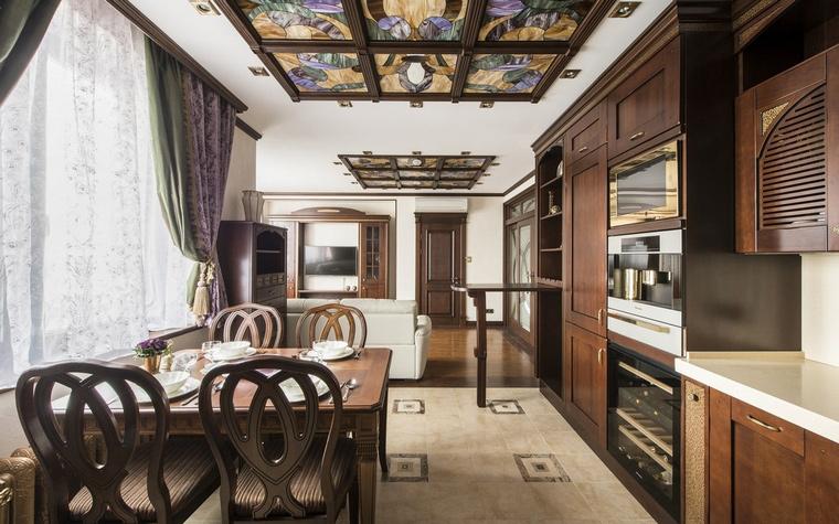 <p>Автор проекта: Регина Урм (Лапшина)</p> <p>В данном случае, акцентом и разделительной зоной между гостиной и кухней становится витраж на потолке, по-разному подсвечиваемый. </p>