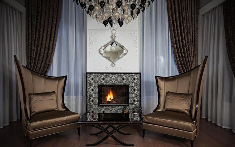 <p>Автор проекта: Нуне Белубекян<br /> Фотограф: Николай Карачев </p> <p>Кстати, камин - один из символов классической гостиной. Если нельзя сделать живой, настоящий, можно ограничиться электрическим. </p>