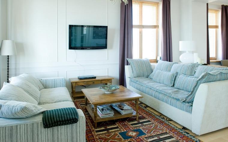 <p>Автор проекта: Наталья Ломейко</p> <p>Зонирование этой гостиной получилось, благодаря диванам. Яркий ковёр, как цветовой акцент, также играет здесь не последнюю роль.</p>