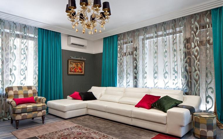 <p>Автор проекта: Евгений Спирин</p> <p>Текстиль играет не последнюю роль в интерьере любой гостиной. В этой гостиной цветовые акценты расставлены очень удачно.&nbsp; </p>