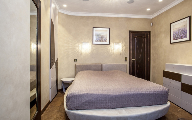 <p>Автор проекта: Ольга Гафарова</p> <p>Современные идеи в дизайне спальни 2015 года представлены и на этом фото. Большая кровать, как главный герой интерьера, просто доминирует!</p>