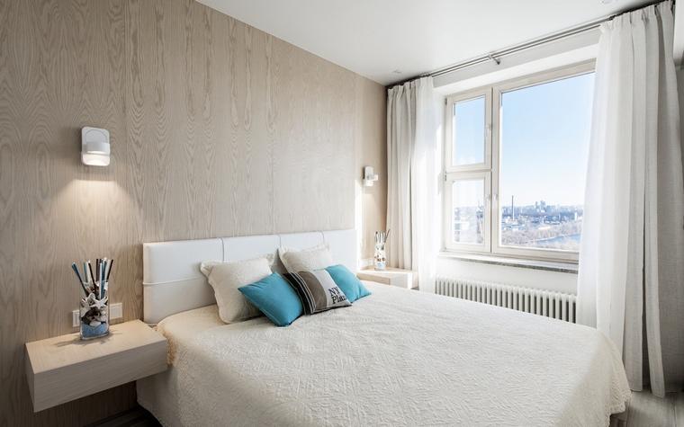 <p>Автор проекта:   АрхКонцепт<br /> Фотограф: Алексей Камачкин</p> <p>Это фото спальни показывает нам интерьер, основанный на принципах минимализма. Спальня маленькая, но окно - большое. А вид из окна, также входит в общий дизайн спальни!</p>