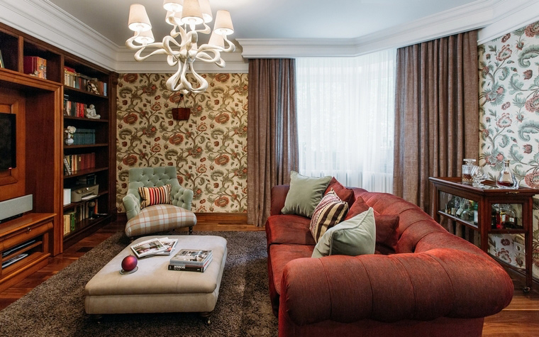 <p>Автор проекта: Оксана Якунина</p> <p>Цветочные обои, мягкая мебель, коричнево-бордовая палитра и классическая люстра под потолком - этот интерьер небольшой гостиной имеет все приметы классического стиля, причем с английским акцентом. &nbsp; </p>