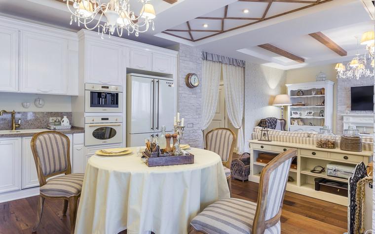 <p>Автор проекта: Cветлана Ходалева</p> <p>В этом варианте есть немного от прованса, немного от кантри и немного от классики, есть даже чуть-чуть скандинавского стиля. Открытые балки потолка, плетёная мебель, корзины, палитра разных оттенков белого - всё создаёт уютную, комфортную атмосферу совмещённой кухни-гостиной.</p>