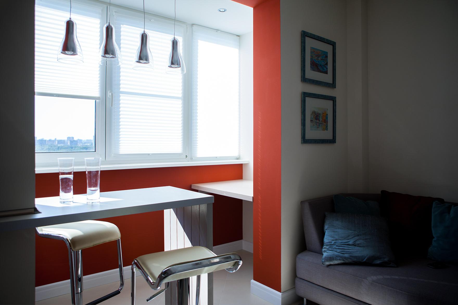 Небольшая кухня совмещенная с балконом.