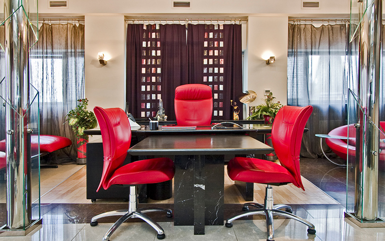 <p>Автор проекта: Papillon&nbsp;</p> <p>Кабинет оформлен в модном и престижном стиле современного ар-деко с использованием дорогих натуральных облицовок, сочетающих камень, дерево, хром и стекло. &nbsp;С помощью мебели и декора в интерьере создана эффектная симметричная композиция, центральной осью которой стал большой т-образный стол руководителя. Ярко-красные кожаные кресла играют здесь роль цветовой доминанты.&nbsp;</p>