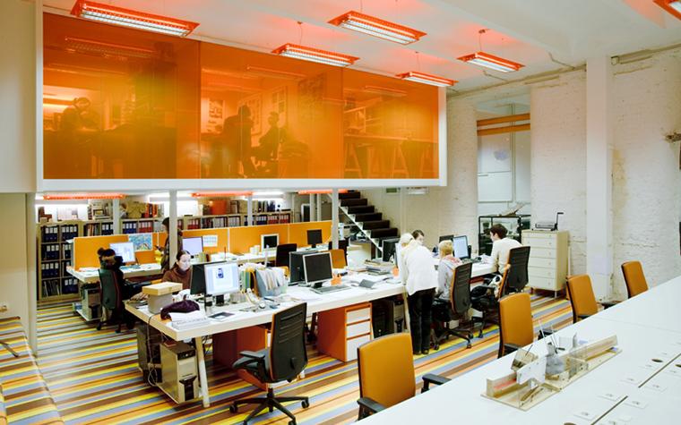 <p>Автор проекта: бюро &laquo;Поле-Дизайн&raquo;. Фотограф: Алексей Народицкий.</p> <p>Авторы проекта признались, что оранжевый цвет их самый любимый. Поэтому, они активно используют его в своих работах. В интерьере московского офиса на оранжевом цвете построено все декоративное решение. Кабинеты руководителей на антресоли отделены от рабочего пространства с помощью прозрачного пластика оранжевого цвета, в полосатой отделке пола тоже есть эта краска, также этим цветом окрашены мебель и светильники. По мнению авторов, именно оранжевый цвет помогает наполнить интерьер энергией!</p> <p>&nbsp;</p>
