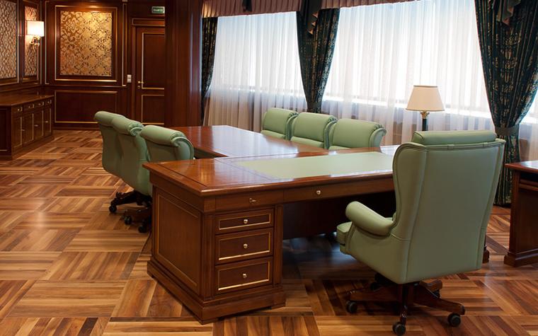 <p>Автор проекта: Selva-style</p> <p>В оформлении кабинета превалирует классический стиль. Он выражен в таких элементах как настенные панели из темного дерева, паркетный пол, встроенная мебель, массивный письменный стол. При этом дизайнеры внесли сюда и современные детали, например, кресла в модной стилизованной классике из светло-зеленой кожи или панорамные окна с полупрозрачными драпировками, наполняющие интерьер красивым рассеянным светом. &nbsp;</p>