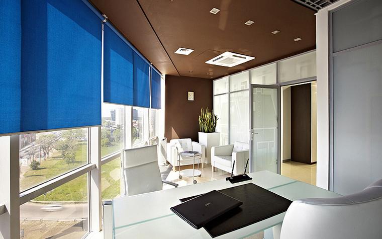 <p>Автор проекта: &laquo;Дизайн в кубе&raquo;&nbsp;<br /> Фотограф: Дмитрий Лившиц</p> <p>Кабинет расположен в современном офисном здании и оформлен в соответствии с архитектурой. Помещение организовано вдоль панорамных окон, поэтому имеет прекрасное естественное освещение. Интерьер построен на ярком контрасте белых и коричневых отделок из пластика и стекла. На этом фоне эффектно выглядит комплект дизайнерской мебели из белоснежной кожи. Цветовой акцент вносят ярко-синие текстильные роллы на окнах, без них летом работать было бы проблематично.&nbsp;</p>