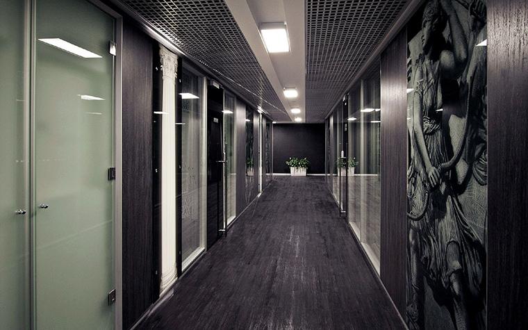 <p>Автор проекта: Петр Сергеев</p> <p>Серые стены этого офиса стали отличной подложкой для черно-белых постеров. Серый всегда многогранен. </p>