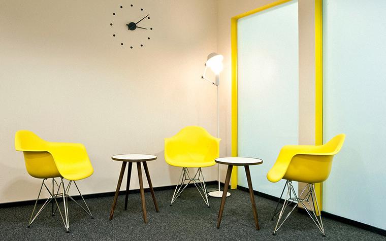 <p>Автор проекта:   To4ka Design</p> <p>Технический ковролин часто применяется в современных офисах. Его выбирают за прочность, шумоизоляцию и удобство. Комната отдыха в московском офисе отделана темно-зеленым ковролином. На его фоне особенно эффектно смотрятся дизайнерские стулья выполненные в модном ярко-желтом пластике. </p>