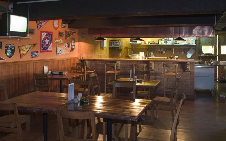 <p>Автор проекта: Евгения Рябощук</p> <p>Небольшое кафе-бар оформлено в духе молодежных европейских заведений. Интерьер выглядит просто и демократично. Темный балочный потолок, нехитрая деревянная мебель, приглушенный свет.&nbsp; Главное украшение - это стены, завешанные модными картинками и плакатами.</p>