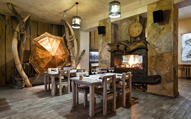 <p>Автор проекта: архитектурная студия Соколовых.</p> <p>Интерьер ресторана наполнен романтикой путешествий и географических открытий. Вся мебель выполнена из грубого дерева, стены декорированы шкурами зверей, конечно тут есть живой очаг с кладкой дров, а также охотничьи трофеи и необычные арт-объекты, а пол одного из залов расписан в виде старинной географической карты.</p> <p>&nbsp;</p>