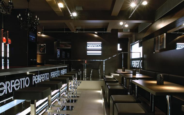 <p>Автор проекта: Александр Кратович<br /> Фотограф: Дмитрий Калашников</p> <p>Темная фанеровка стен, черный балочный потолок, блестящий хром металла, приглушенный свет прожекторов - в интерьере итальянского ресторана воссоздана атмосфера ночного Сити. Барная зона, расположенная на нижнем уровне пола, занимает значительную площадь и напоминает театральную сцену.</p>