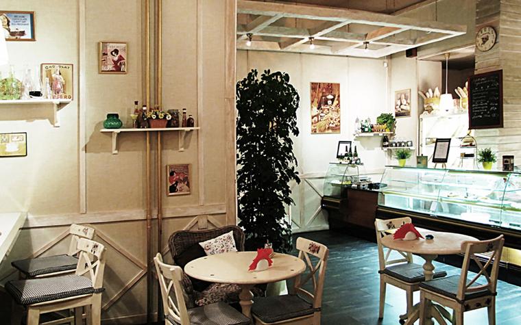<p>Автор проекта: ART-LABS</p> <p>В интерьере создана привлекательная уютная обстановка: светлое дерево в мебели и отделках, полочки с разного рода красивой мелочевкой, картинки по стенам, живые растения. Очень демократично и по-домашнему. </p>