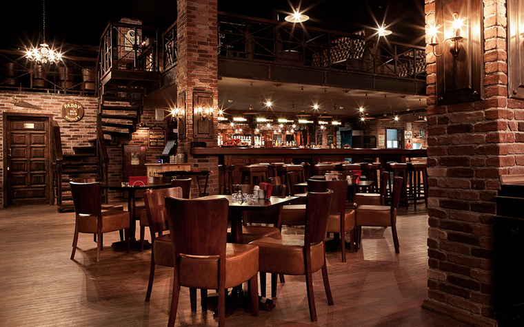 <p>Автор проекта: CASA NOVA interior boutique</p> <p>Интерьер ресторана создан в эстетике промышленного лофта с кирпичными стенами, металлическими лестницами и открытыми коммуникациями. В большом открытом пространстве организованы удобные столовые зоны и создан приглушенный свет, что создает дух английского паба.</p>