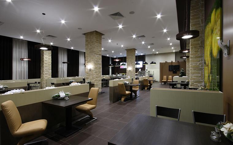 <p>Автор проекта: Сэтус</p> <p>Кафе с открытой планировкой оформлено в современном стиле. Чтобы сделать просторный интерьер более уютным, авторы проекта зонировали пространство с помощью низких перегородок и использовали камерный приглушенный свет. </p>