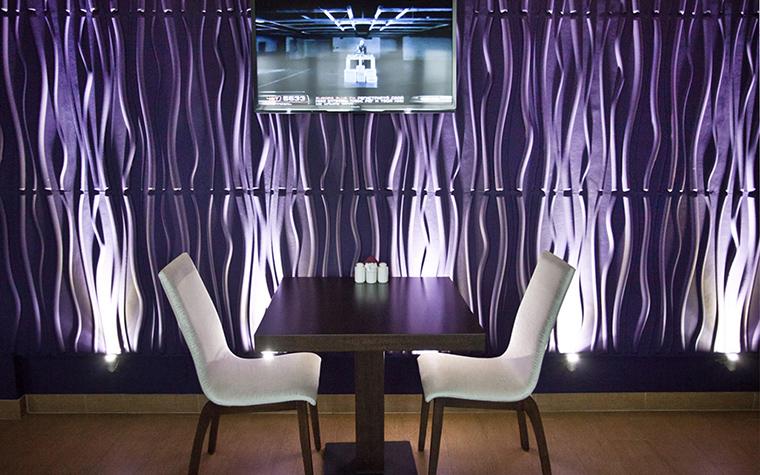 <p>Автор проекта: Диана Ларина</p> <p>В модном кафе соединилось все самое модное и привлекательное: стеновые панели с рельефным эффектом и цветными подсветками, актуальная фиолетово-лимонно-коричневая гамма с белыми акцентами, а также панорамные окна &quot;в пол&quot;. . </p>