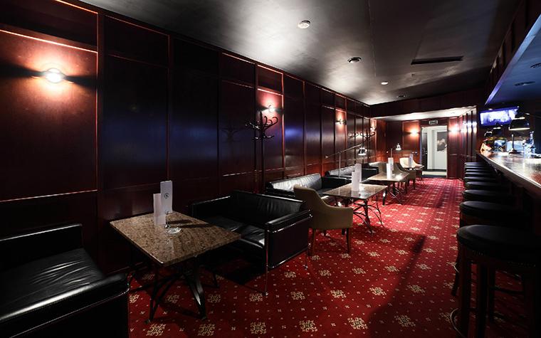 <p>Автор проекта: Наталия Галонская</p> <p>Ресторан оформлен с использованием традиций английского паба. А именно: деревянные панели на стенах, темная деревянная и кожаная мебель, ковры, приглушенный свет, все, что создает особую камерную атмосферу, располагающую к отдыху и общению. </p>