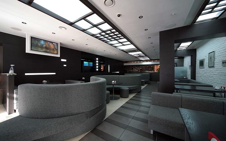 <p>Автор проекта: Дмитрий Носов</p> <p>Серый цвет стен уместен не только в частном или офисном интерьере. Серый хорош, например, и в интерьере ресторана или кафе. Очень успокаивает. </p>