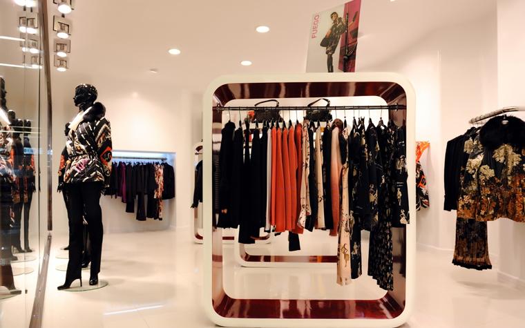 <p>Автор проекта: Михаил Инякин</p> <p>Белый интерьер с&nbsp; глянцевыми отделками, встроенным светом и зеркалами - прекрасный фон для красочных женских нарядов. Для более эффектного экспонирования одежды были спроектированы специальные дизайнерские объекты со штангами для вешалок, а также использованы манекены.</p>