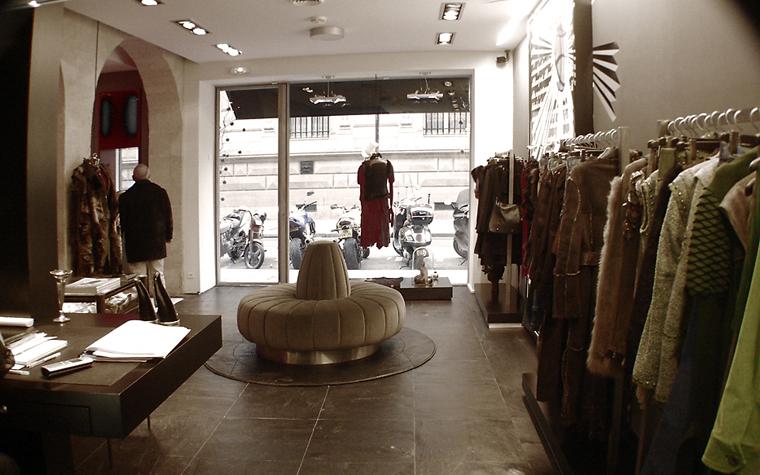 <p>Автор проекта: Рафаэль Бушмусс</p> <p>Бутик женской одежды в модном винтажном стиле авторы проекта оформили просто и со вкусом. Лаконичный интерьер получил хорошие напольные отделки, панорамные окна, благородный монохром, а главное - бархатный круговой диван - характерная деталь стиля ар-деко.&nbsp;</p>