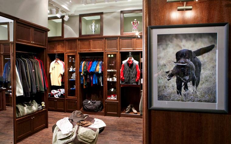 <p>Автор проекта: Projectlife</p> <p>Для бутика мужской одежды дизайнеры чаще всего выбирают стиль английской классики с добротными деревянными отделками и встроенной мебелью, а в качестве декора - фото с любимыми развлечениями британцев - поло и охота. </p>
