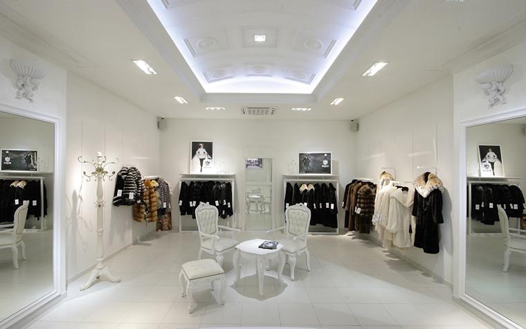 <p>Автор проекта: Сэтус</p> <p>Часто декораторы прибегают к особому приему и делают интерьер бутика совершенно белым, по типу арт-галереи. Прием беспроигрышный! Яркая одежда и аксессуары на фоне белых стен выглядят очень эффектно! </p>