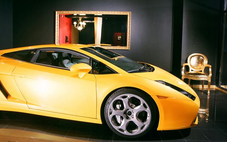 <p>Автор проекта: архитектурная группа &laquo;А+А&raquo;.</p> <p>В автосалонах и на&nbsp; автомобильных выставках для самых престижных моделей дизайнеры компании всегда создают модный интерьерный контекст.&nbsp; Как в этом случае,&nbsp; для нового спортивного автокара цвета желтка подобрали модное золотое кресло в стиле Людовика XIV .&nbsp; Декор с прозрачным намеком.</p>