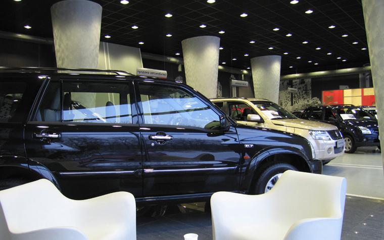<p>Автор проекта: Александра Казаковцева, Мария Махонина.</p> <p>Самые распространенные окраски современных автомобилей, по прежнему, - черный, белый, серый, а для желающих быть всегда на виду - красный.&nbsp; Чаще всего в этой гамме оформляется и интерьер автосалона, включая удобную легкую мебель, а также отделки пола, стен и потолка. И непременно, в общей черно-серо-белой гамме должно быть несколько ярких акцентов, под цвет авто. </p>